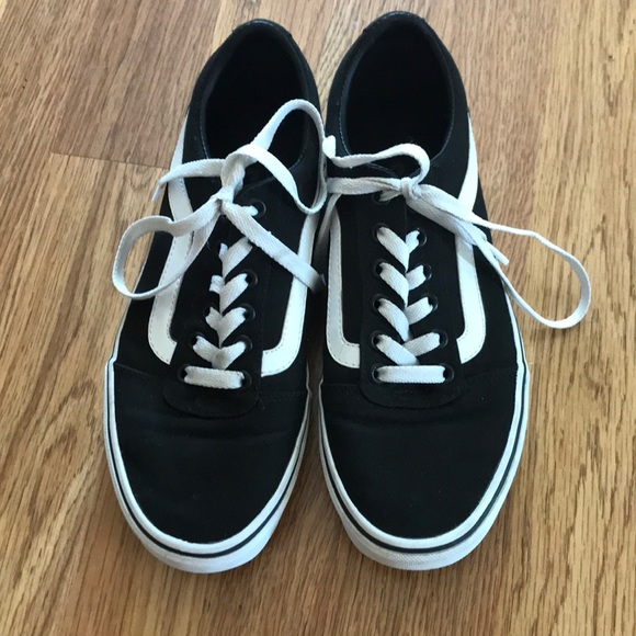 Vans Black and White Ward Low Sneakers Women s 8. M 5b09b0c09a945524ea06430f 21622bc41